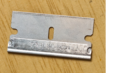Razor blade for sharpening a drawing pencil